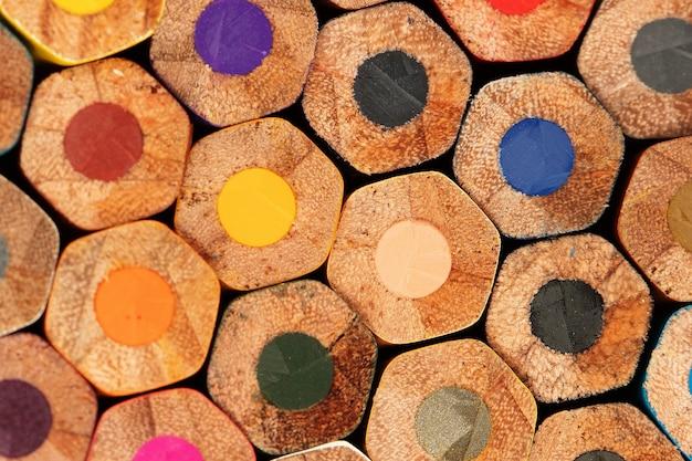 아이들을 위해 색칠하고 그릴 준비가 된 많은 색상.