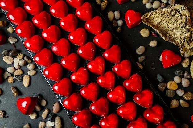 Много десерта в форме сердца, покрытого желе