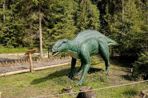 В парке много разных динозавров.