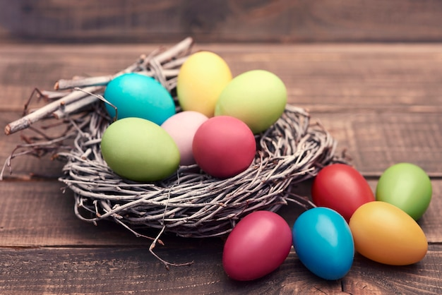 둥지 안팎으로 많은 부활절 달걀