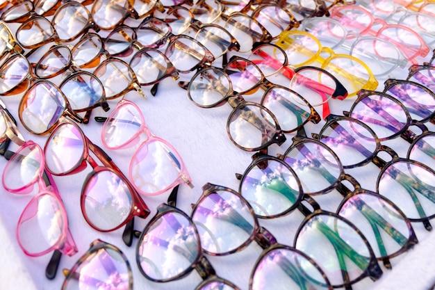 小売店でたくさんの眼鏡