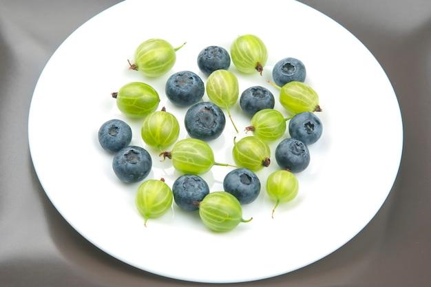 新鮮なさまざまなベリーがたくさん。有用なビタミン健康食品果物。健康的な野菜の朝食
