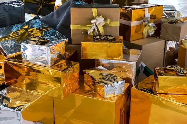 흰색 바탕에 선물 상자를 많이 합니다. 빨간색 새틴 리본 리본으로 장식된 공예품 및 색종이로 제공됩니다. 크리스마스 및 기타 휴일 개념입니다.