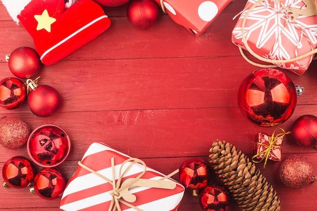 Много подарочных коробок на деревянном фоне. рождество и другие праздники концепции.