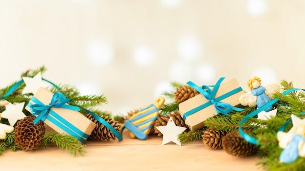 Много подарков и игрушечных ангелов на рождество.