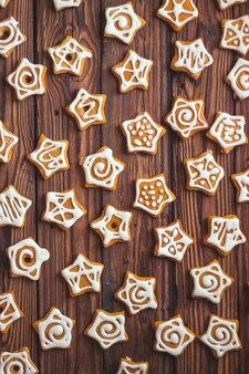 白いアイシングで星の形のジンジャーブレッドクッキーがたくさん