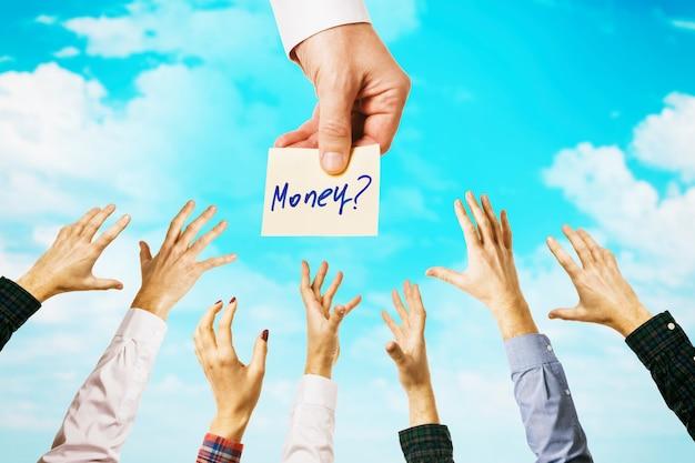 구름이있는 하늘 가운데 많은 사람들이 수입 주제에 대한 돈 개념을 얻을 수있는 기회에 끌립니다.