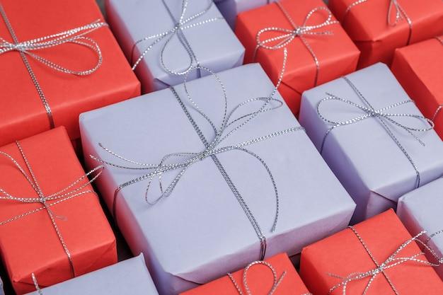 赤と薄紫色の紙に包まれたミックスギフトがたくさん