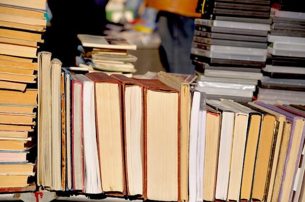 Много старых книг