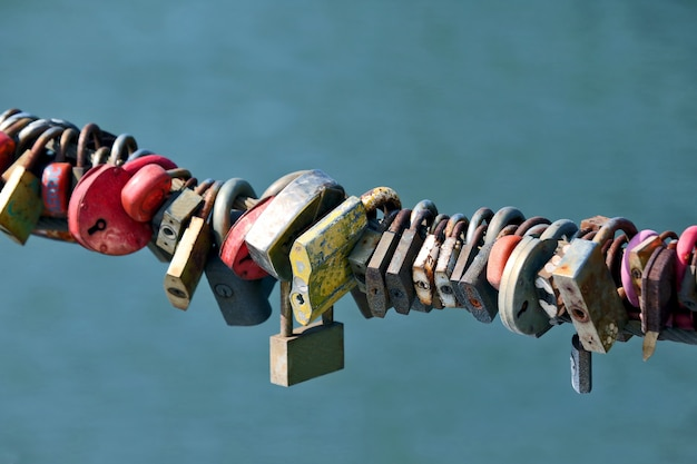 결혼식 자물쇠를 가진 많은 오래된 녹