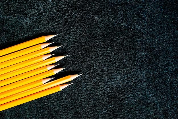 블랙 슬레이트 배경에 연필을 많이.