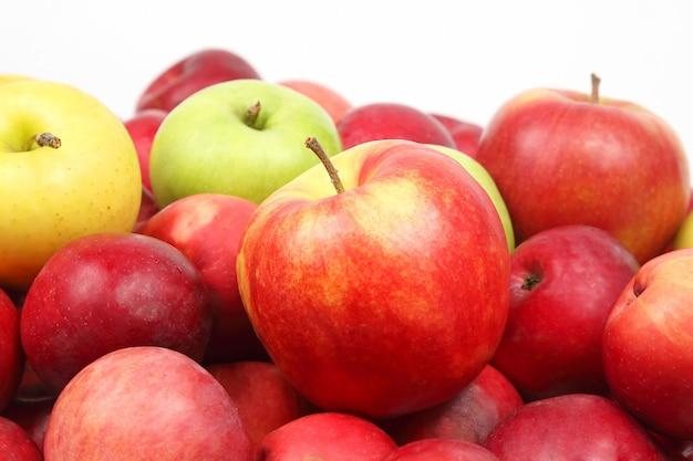 Много красных яблок на белом фоне