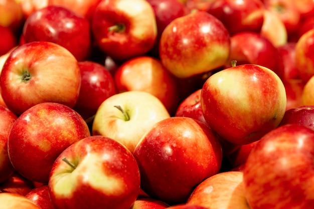 赤いジューシーなリンゴがたくさん。自然からの健康とビタミン。閉じる。