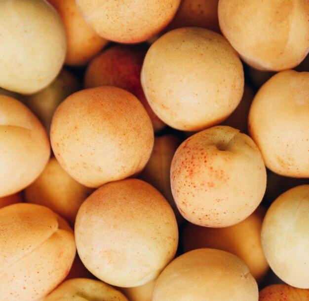 Много спелых желтых абрикосов крупным планом 1