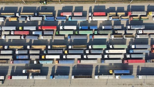 항구 터미널에 많은 트럭. 적재된 컨테이너 및 트랙터 트레일러의 평면도.