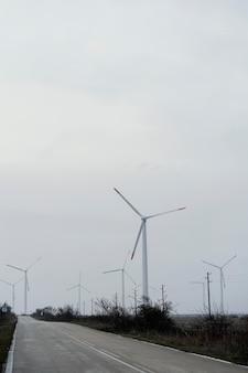 発電する風力タービンがたくさん
