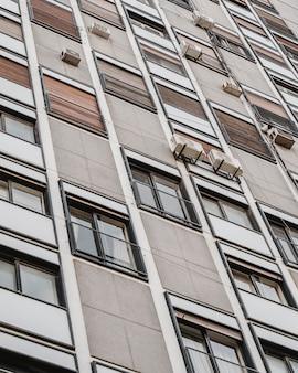 도시의 아파트 건물에 많은 창문