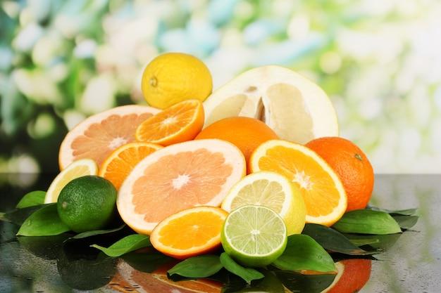 自然な黒いテーブルに熟した柑橘類がたくさん