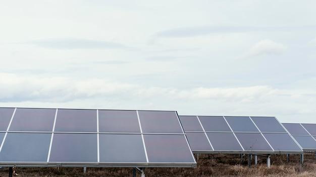 Molti pannelli solari nel campo che generano elettricità