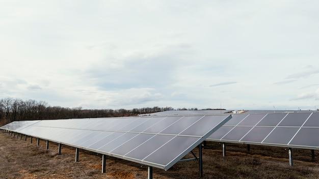 Molti pannelli solari che generano elettricità nel campo
