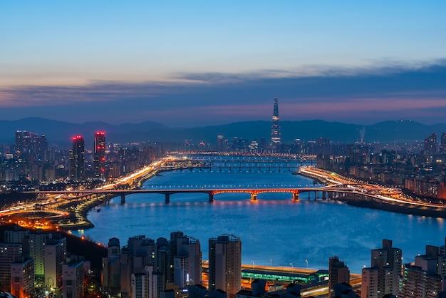 Красивый городской пейзаж на lotte world tower в сеуле, южная корея.