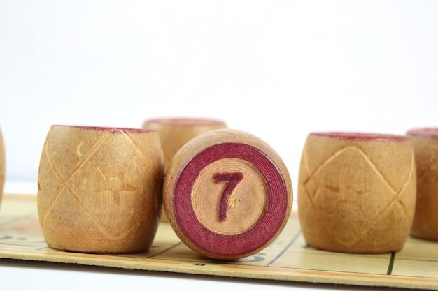 番号47のロト木製バレル明るい表面に隔離されています。家族のビンゴゲーム