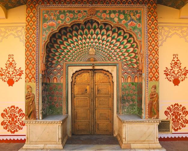 Дверь ворот лотоса в розовом городе в городском дворце джайпура, индия