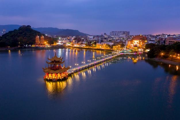Пруд с лотосами, пагодами драконов и тигров ночью. город гаосюн. тайвань