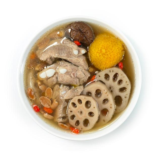 돼지 갈비와 땅콩을 곁들인 연근 수프 lin ngau tong은 가장 인기있는 제품 중 하나입니다.