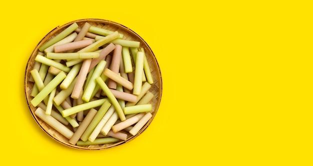 로터스는 노란색 바탕에 대나무 바구니에 유래 한 다.