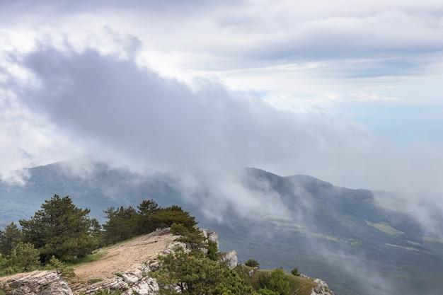 Громко нависает над вершиной горы айпетри крым