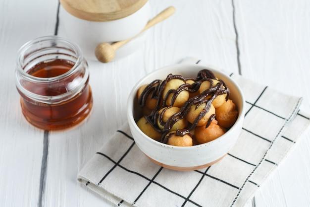 라마단 기간 동안 인기 있는 loukoumades 또는 luqaimat 또는 lokma 동부 요리 도넛