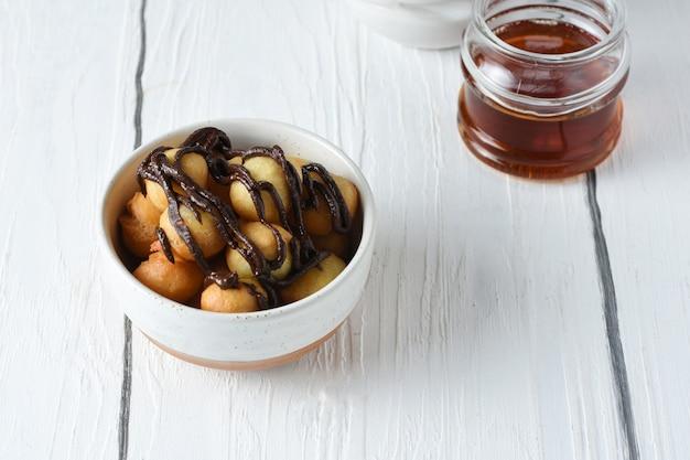 Loukoumades 또는 luqaimat 또는 lokma는 라마단 기간 동안 인기 있는 동부 요리 도넛입니다