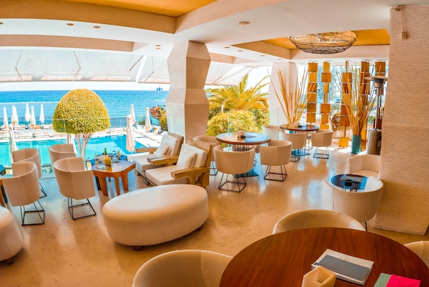 モダンなヨーロッパのリゾートホテルのラウンジバー、テラス、テーブル、照明付きのインテリア