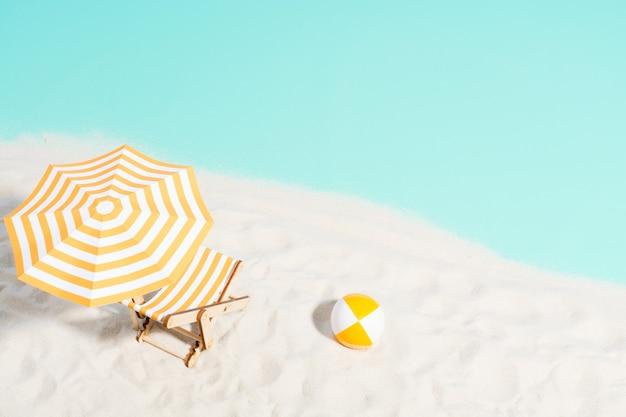 해안에 파라솔과 비치 볼이있는 라운지 의자, 평면도