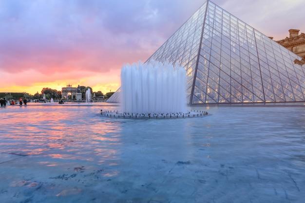 冬の夕暮れ時のルーブル美術館、これはパリで最も人気のあるランドマークの一つです