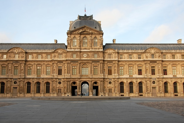 晴れた日のパリのルーブル美術館