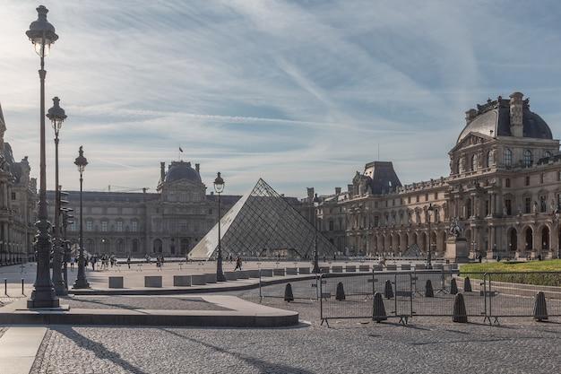 Лувр - самый большой музей в мире в париже.