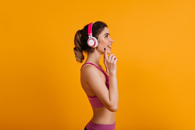 헤드폰에서 음악을 듣고 사랑스러운 갈색 머리 여자