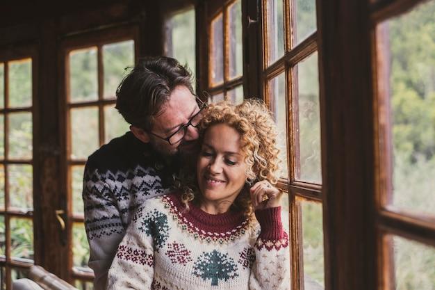愛とクリスマスイブの冬の季節の家庭の人々