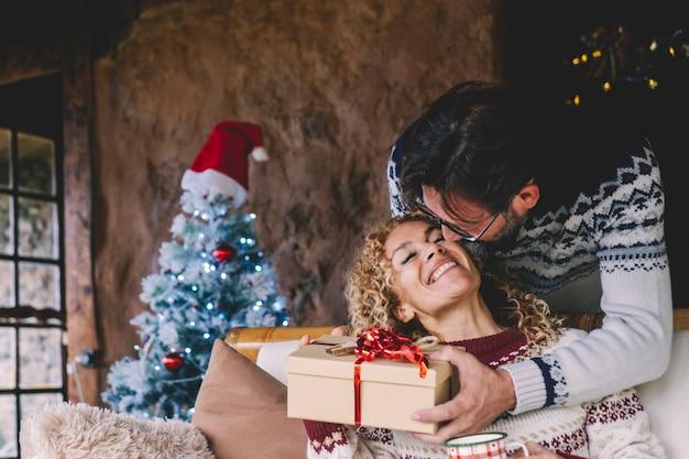 自宅での愛とクリスマスのギフト交換の概念