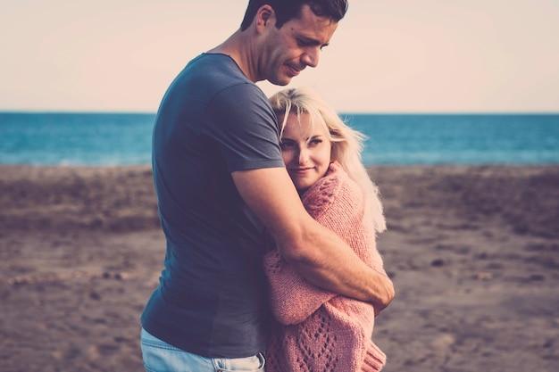 포옹과 서로 사랑하는 관계에서 젊은 아름다운 부부와 사랑과 보호 부부