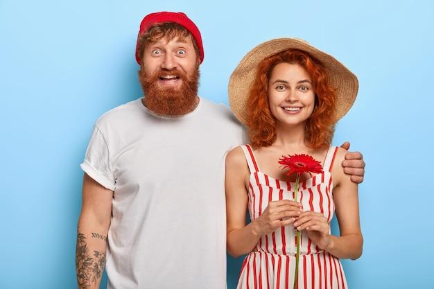 愛と関係の概念。ヨーロッパの赤毛の女性と男性が寄り添って一緒に立つ