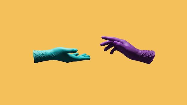 코로나 바이러스 개념 동안의 사랑과 관계. 의료용 장갑을 든 두 손은 더 가까이 다가가려고합니다.