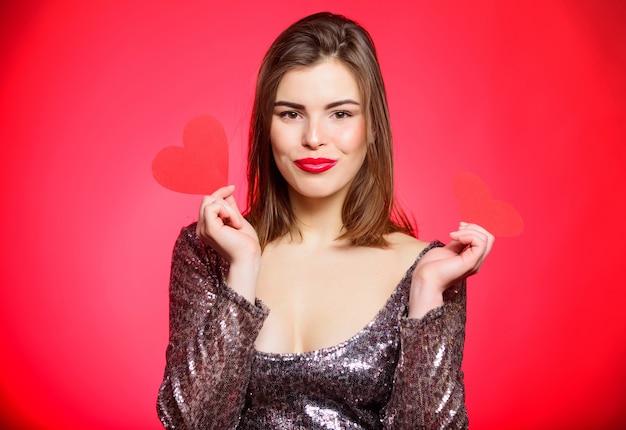Любовь и романтика. день святого валентина распродажи. чувственная девушка с декоративным сердцем. сексуальная женщина в гламурном платье. романтическое приветствие. будь моим валентином. партия дня святого валентина. я люблю вас. просто быть рядом.