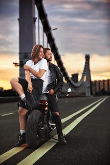 사랑과 낭만적 인 개념 오토바이에 아름 다운 부부는 이중 고체에 다리에 도로의 중간에 서로 반대의 약자.