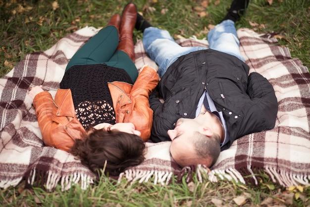 愛の秋のカップルの関係ロマンチックな