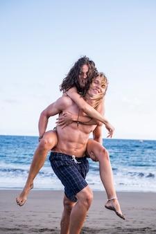 若い美しい白人男性と女性の間の愛