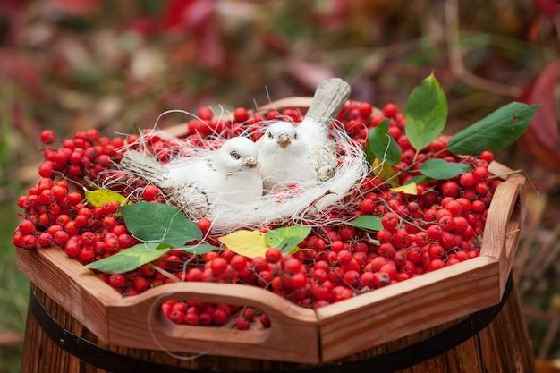 陶器の白い鳥と山の灰の果実が大好きです。ヴィンテージのみすぼらしいシックなスタイル。柔らかく温かみのある優しい気持ち。
