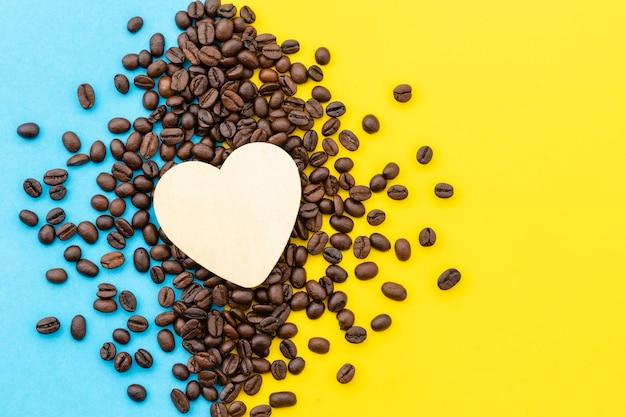 コーヒーのコンセプトが大好き、コーヒーの穀物のトップビューホワイトハート